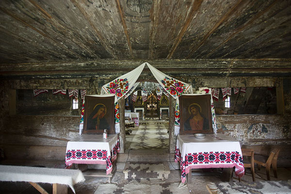 Foto van The interior of the wooden Church of the Archangels Michael and Gabriel in ȘurdeștiMaramureș - Roemenië
