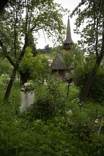 Foto van View of the wooden church of Poienile Izei from aboveMaramureș - Roemenië
