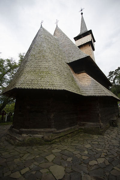 Foto van Looking up the wooden church of IeudMaramureș - Roemenië