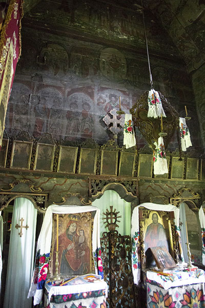 Foto van Iconostasis inside the wooden church of Poienile IzeiMaramureș - Roemenië