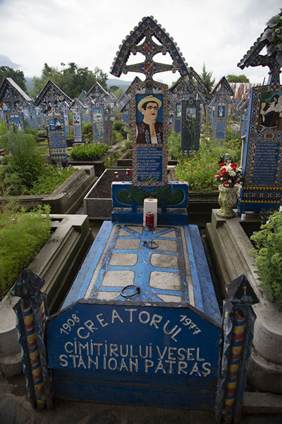 Foto van The tomb of Stan Ioan Pătraş, the creator of the cemeterySăpânța - Roemenië