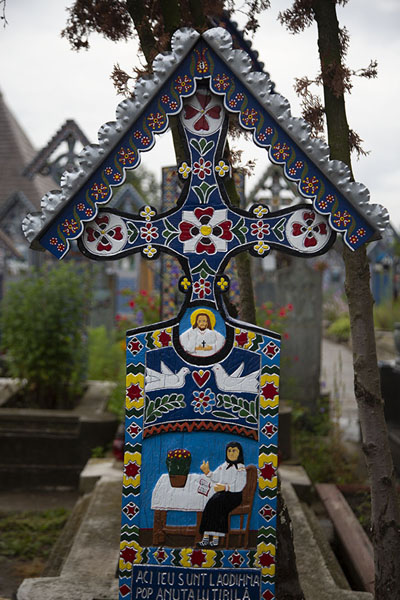 Foto van Abundantly decorated cross at the cemeterySăpânța - Roemenië