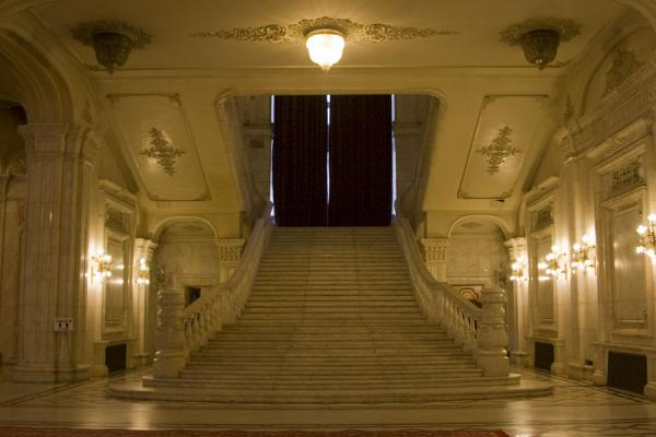 Spacious stairs leading to another floor of the Palace of the Parliament - 罗马尼亚 - 欧洲