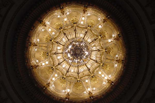 One of the huge chandeliers seen from below | Boekarest | Roemenië