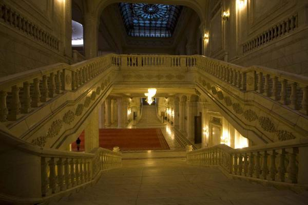 Luxurious stairs in the Palace of the Parliament | Boekarest | Roemenië