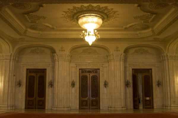 Foto de Chandelier above a hall with carpet, wooden doors, and marble walls - Rumania - Europa