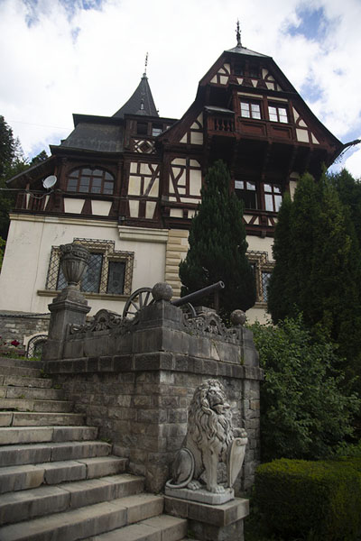 Foto van Looking up Peleș castleSinaia - Roemenië