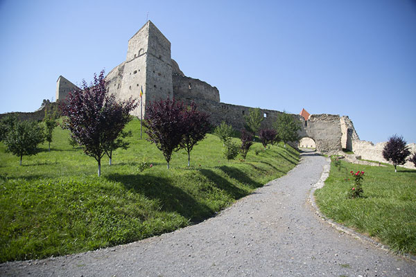 Frontal view of the citadel with courtyard from the main gate | Cittadella di Rupea | Rumania