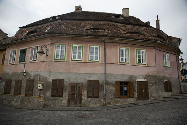 Pink building with eyes in Sibiu | Sibiu | Roemenië