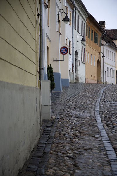 Foto van Cobble-stoned street lined with colourful houses in SibiuSibiu - Roemenië