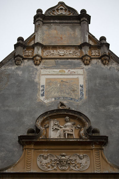 Close-up of a building in Sibiu with sun clock and sculpture | Sibiu | Roumanie