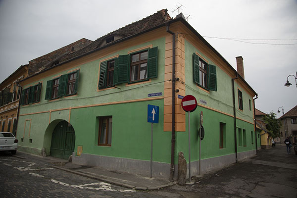 Green building on the corner of Sibiu | Sibiu | Roemenië