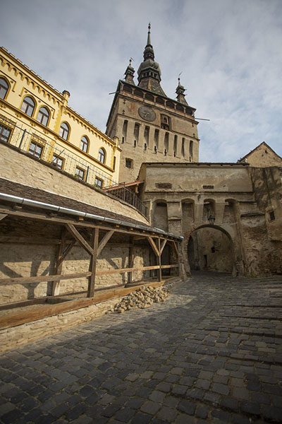 Foto de The eastern entrance of Sighișoara with a gate under the clocktowerSighișoara - Rumania