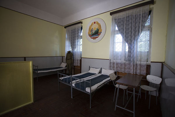 Foto van The room where the Ceaușescus slept, with the Romanian emblem of the Communist yearsTârgoviște - Roemenië
