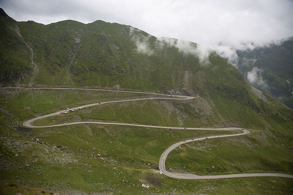 The Transfăgărășan Road zig-zagging up the mountain | Via Transfăgărășan | Rumania