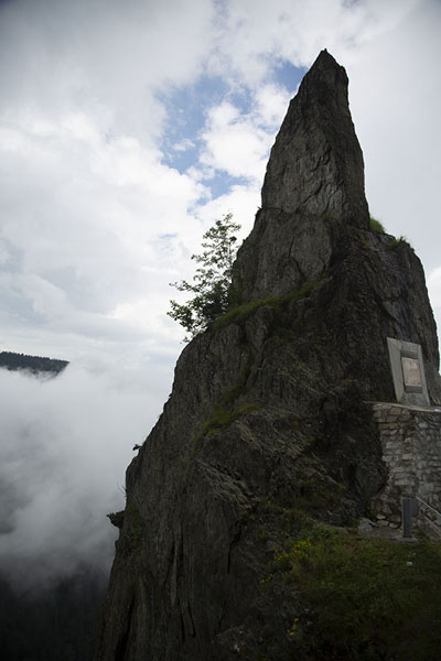 Foto van Rock next to the Transfăgărășan Road on the north side of the passTransfăgărășan - Roemenië