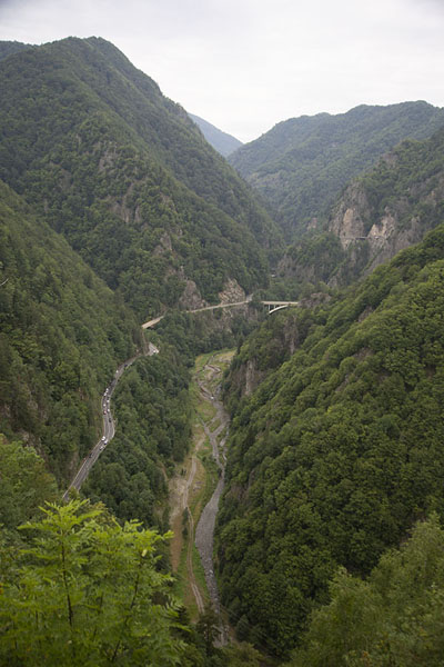 Foto di Valley with Transfăgărășan Road seen from Poenari Castle - Rumania - Europa