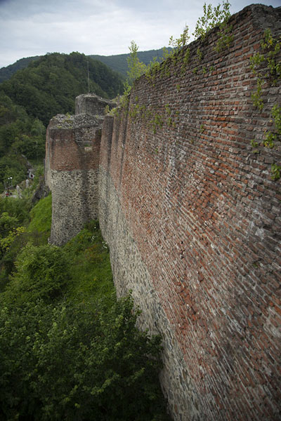 The high walls of Poenari Castle seen from above | Transfăgărășan Weg | Roemenië