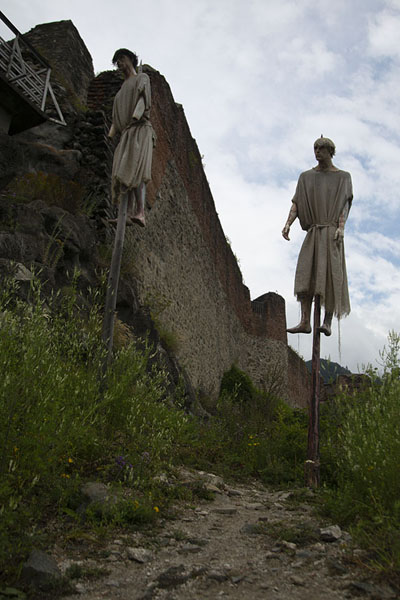 Puppets impaled at the entrance of Poenari Castle, where Vlad the Impaler once lived | Via Transfăgărășan | Rumania