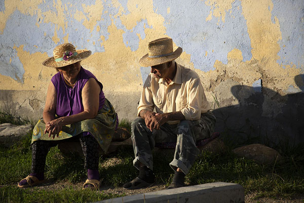 Old couple sitting together in the afternoon sun | Viscri | Rumania