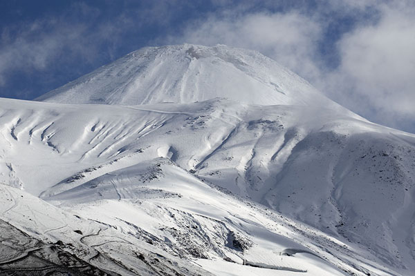 Foto de Snow-covered peak of Avachinsky Volcano surrounded by clouds - Rusia - Europa