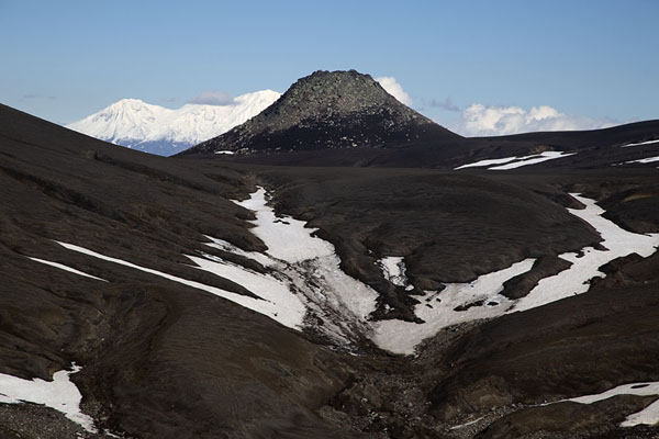 Foto di Small mountain north of Camel Mountain with Zhupanovsky Volcano in the backgroundAvachinsky Pass - Russia