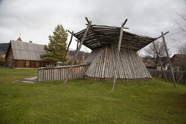 Typical Koryak house in the ethnographic museum of Esso | Esso | Rusland