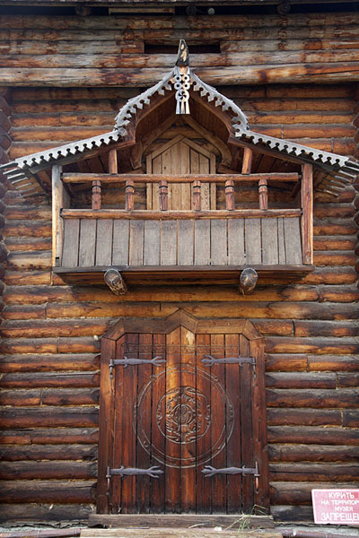 Photo de Frontal view of the wooden building in the ethnographic museum of Esso - Russie - Europe