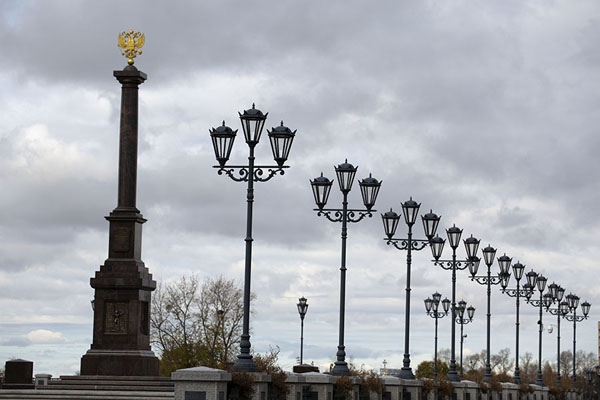 Foto van Row of lanterns with the Stela City of Military Glory on the leftChabarovsk - Rusland