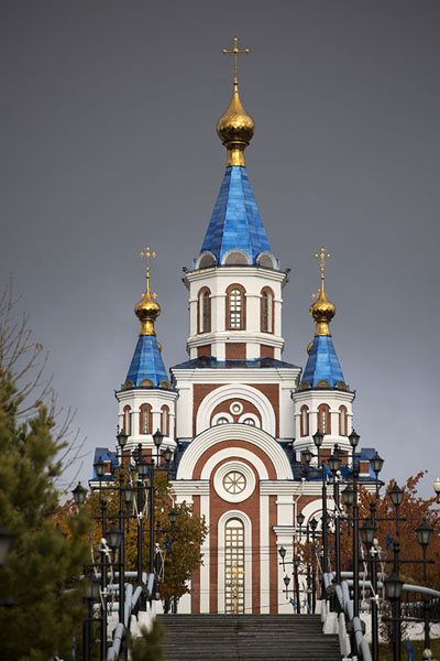 Foto van The Uspensky church with a dark skyChabarovsk - Rusland