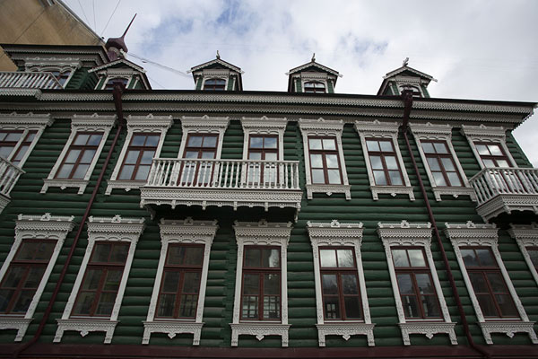 Foto van Looking up a wooden house in central KhabarovskChabarovsk - Rusland