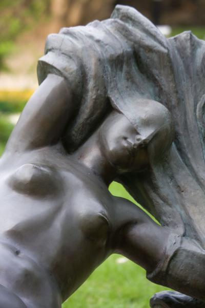 Foto van Naked woman with breasts trapped in a cloth in Sculpture ParkBeeldenpark - Rusland
