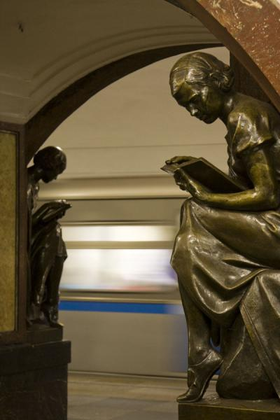 Statues and leaving subway at Ploschad Revolyutsii subway station | Moskou metrostations | Rusland