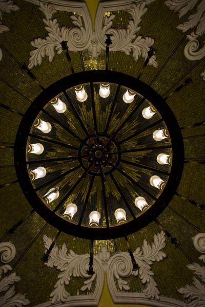 Looking up a lantern of Komsomolskaya subway station | Moskou metrostations | Rusland