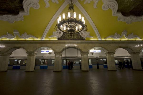 Foto van Lantern, decorated ceilings and arches giving access to the train at Komsomolskaya subway station - Rusland - Europa