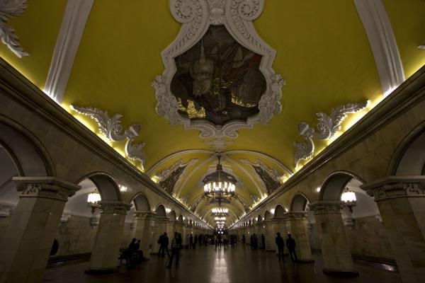 Foto van Komsomolskaya subway station with yellow ceilings and mosaics of war heroesMoskou metrostations - Rusland