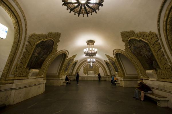 Mosaics on the walls, in lavish frames, at Kievskaya station | Gares de Metro de Moscou | Russie