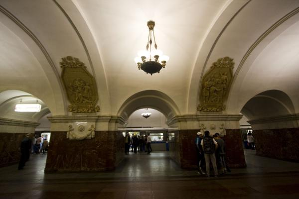 Photo de Train arriving at Krasnopresnenskaya subway stationGares de Metro de Moscou - Russie