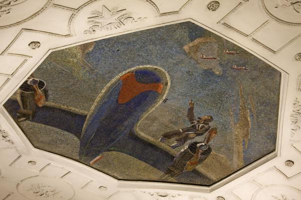 Foto van Mosaic in the ceiling of Teatralnaya subway stationMoskou metrostations - Rusland