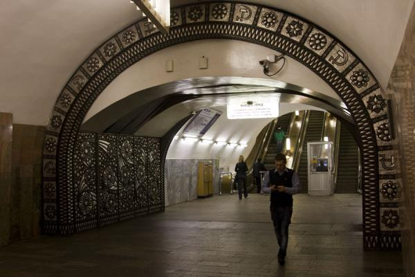 Foto van Arch giving access to the platform of Barrikadnaya subway stationMoskou metrostations - Rusland