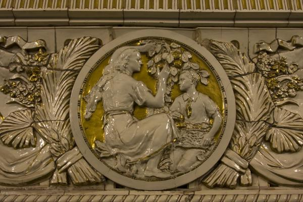 Detail of white porcelain with gold background at the Prospekt Mira subway station | Paradas del metro de Moscú | Rusia