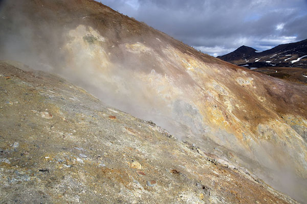 Slope with geysers in the valley | Mutnovsky Valley of Geysers | Rusia
