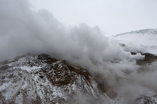 Steam coming out of numerous fumaroles inside the crater of Mutnovsky | Mutnovsky vulkaan | Rusland