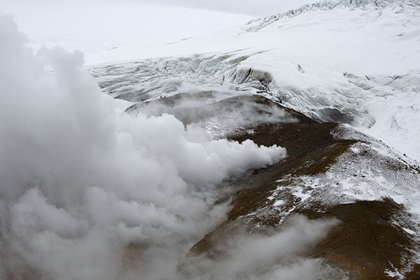 Fumaroles on the slopes of the crater | Mutnovsky vulkaan | Rusland