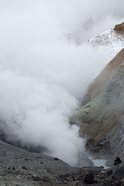 Foto van Steam coming from the river running through the crater of MutnovskyMutnovsky - Rusland