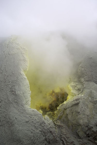 Fumarole with sulphur inside the crater | Mutnovsky vulkaan | Rusland