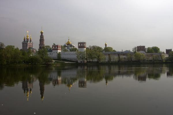 Convent of Novodevichy reflected in the quiet waters of the pond | Novodevichy Klooster en Begraafplaats | Rusland