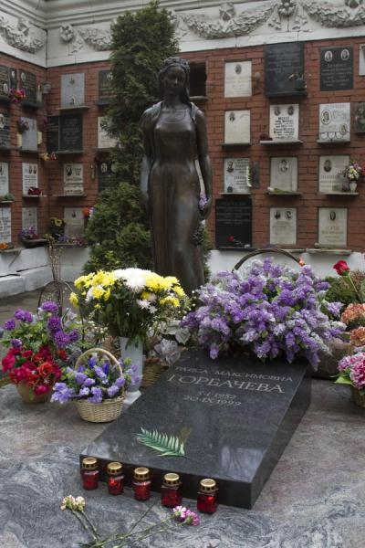 Foto van Female statue and many flowers at the grave of Raisa GorbachevNovodevichy Klooster en Begraafplaats - Rusland