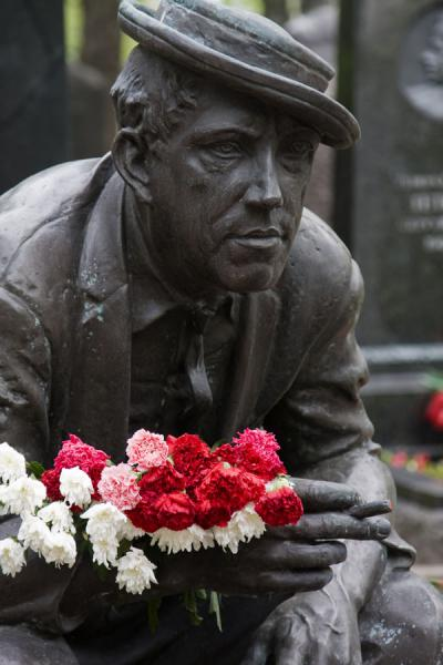 Statue of deceased with fresh flowers at Novodevichy Cemetery | Novodevichy Klooster en Begraafplaats | Rusland