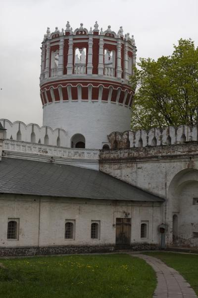 Foto van One of the towers of Novodevichy ConventNovodevichy Klooster en Begraafplaats - Rusland
